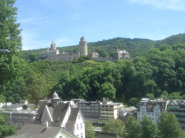 Mit Blick auf die Fußgängerzone: Die heilige Burg Altona in der Grafschaft Knochenmark.